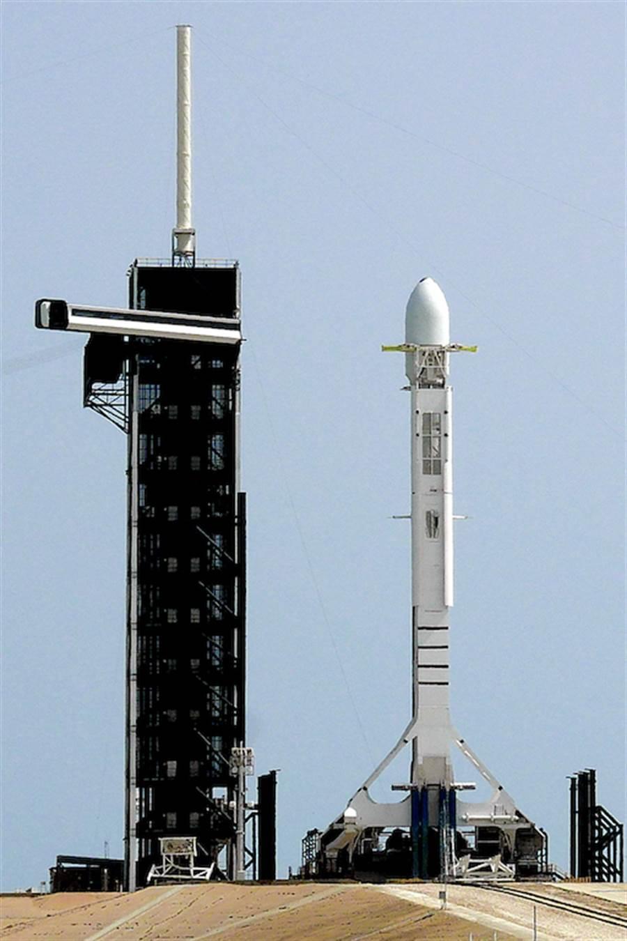 日本將與美國合作發射可探測北韓飛彈的小型衛星。(示意圖,美國甘迺迪太空中心準備發射火箭。美聯社)
