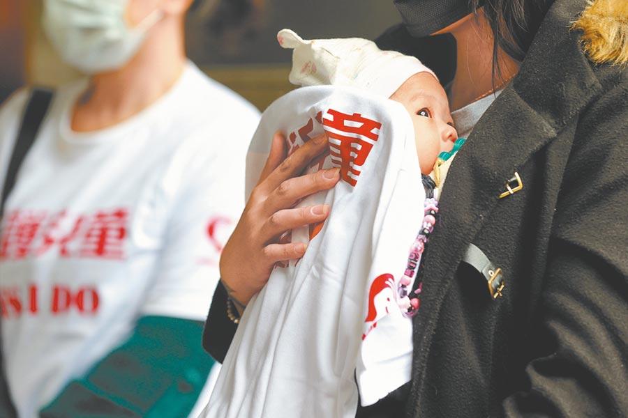 衛福部統計,今年上半年新冠肺炎期間,1月到3月的全國家庭暴力通報案件約3萬2000件。圖為去年兒童權益促進協會到立法院陳情,民眾抱著懷中的嬰兒在寒風中到場聲援,希望政府重視兒童議題。(本報資料照片)