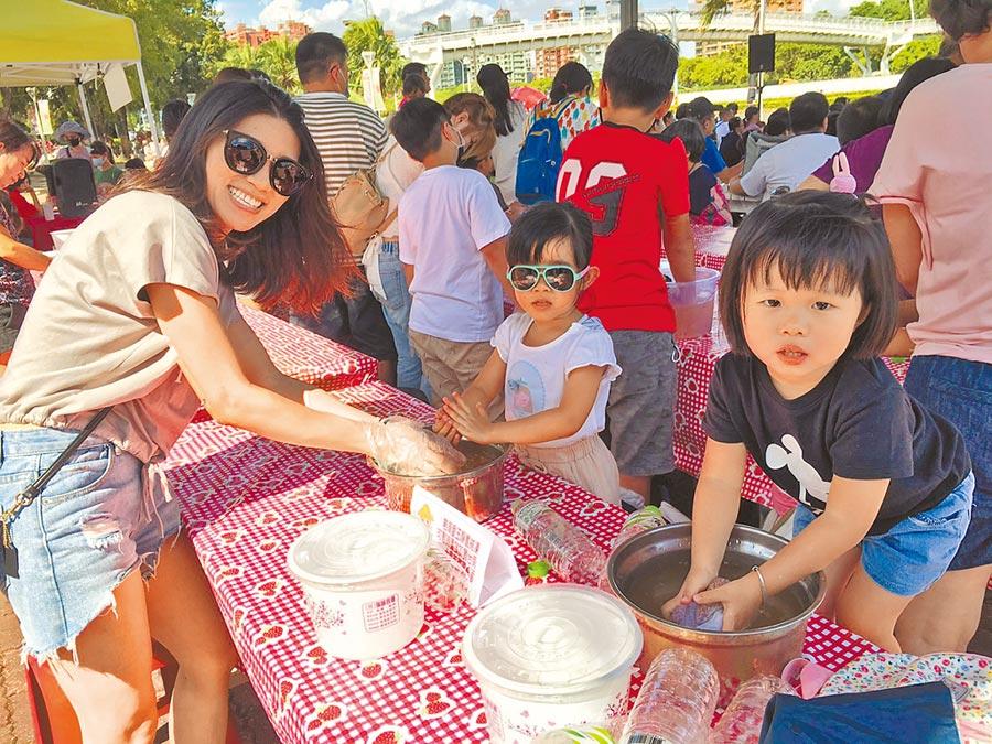 高雄市農業局在左營蓮池潭畔高雄物產館舉辦洗愛玉親子活動。(高雄市農業局提供/林雅惠傳真)