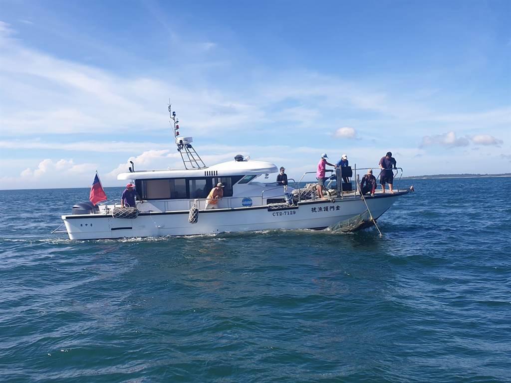 首次出海執行任務的「金門護漁號」,總長13.7公尺、16噸600匹馬力,是由縣府編列700萬元建造而成。(海巡提供)