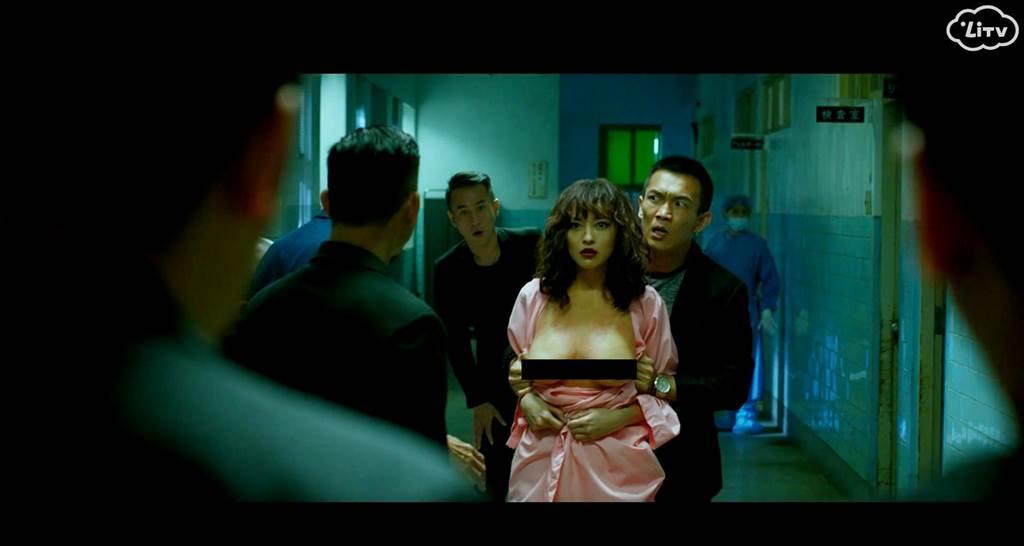 姚以緹戴著胸部模型入鏡,逼真程度讓觀眾驚訝不已。(LiTV線上影視提供)