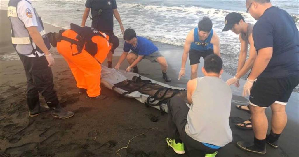 林園海邊發現全裸女屍,經警方追查,證實女屍為一名59歲的蔡姓婦人。(圖/海巡署提供)