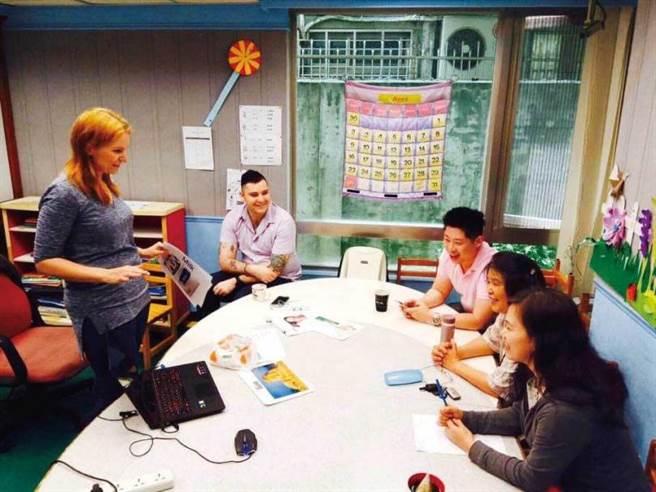 為了強化上課內容,陳孝威與媽媽鄧麗珊會定期和外籍講師開會討論。(圖/翻攝自以馬內利臉書)