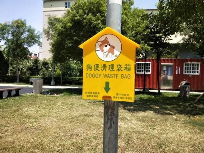 民眾質疑文雅公園狗便清理袋箱形同虛設,1年365天高掛欄杆上淪為蚊子箱。(陳淑娥攝)