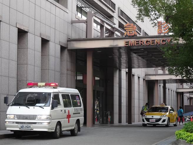 30歲女被刺後無生命徵象,目前送中國附醫急診搶救。(馮惠宜攝)