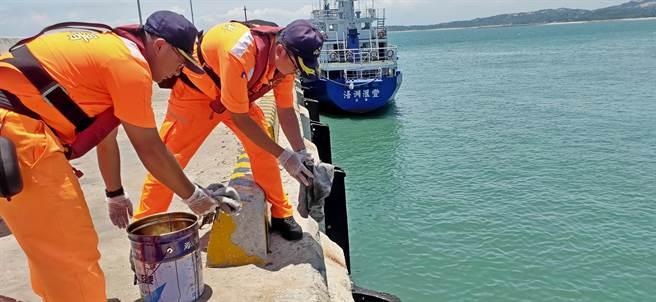 停泊於料羅港的國籍貨輪「浯洲匯豐」今(30)日發生油管破裂外洩狀況,金門岸巡幹員緊急清汙防範擴散。(岸巡提供)
