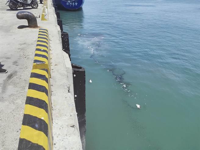 「浯洲匯豐」貨輪停泊處附近水面有油花浮現,面積約20平方公尺。(岸巡提供)