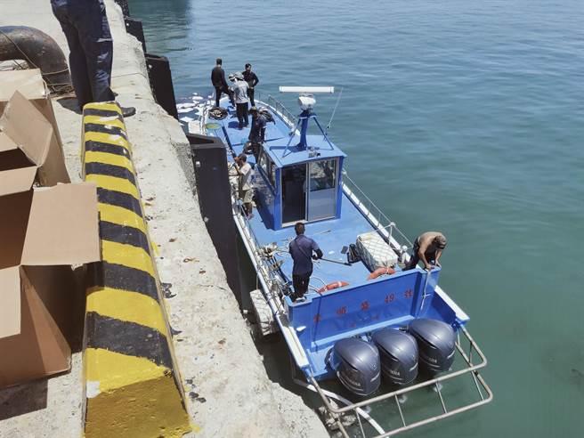 各單位頂著炎陽通力合作下,11時45分將海面油汙全數清除。(岸巡提供)
