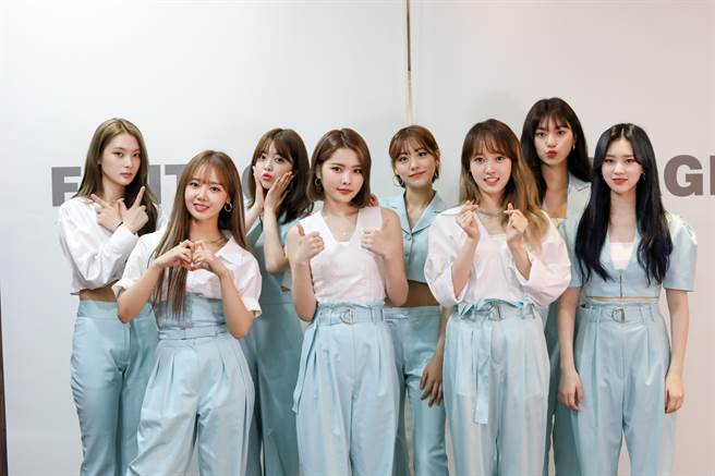 Lucy(左起)、磪有情、池秀娟、Rina、Lua、Sei、金度延、Elly合體宣傳新專輯。(CL Creative & Entertainment 提供)