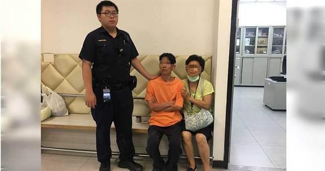 男子剛從醫院出來而心緒不佳,走到華江橋下想要跳橋,所幸被警方即時拉回 。(圖/翻攝畫面)