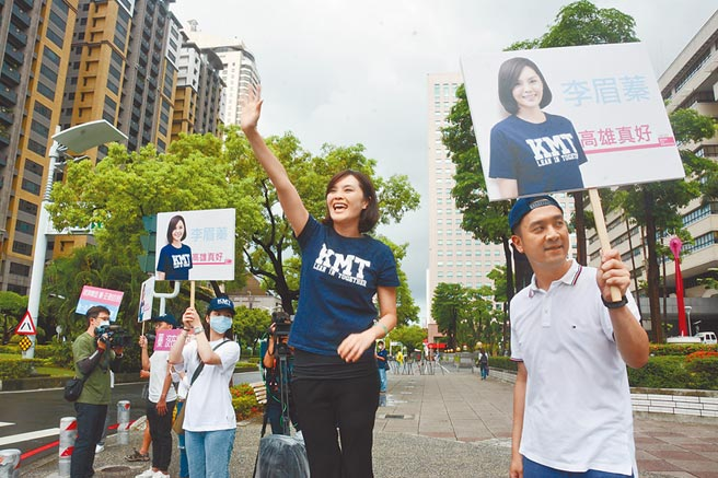 国民党高雄市长参选人李眉蓁29日站上街头向市民拉票,傍晚即宣布竞选团队成员名单。(林宏聪摄)
