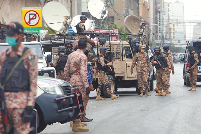 巴基斯坦第一大城喀拉蚩的「巴基斯坦證交所」,29日上午遭4名武裝份子攻擊,安全部隊到場後迅速殲滅4人,及時阻止槍手闖入交易大廳。(美聯社)