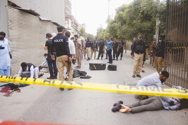 巴基斯坦第一大城喀拉蚩的「巴基斯坦證交所」,29日上午遭4名武裝份子攻擊,安全部隊到場後迅速殲滅4人,及時阻止槍手闖入交易大廳。其中2人在進入建築物前就遭擊斃。(美聯社)