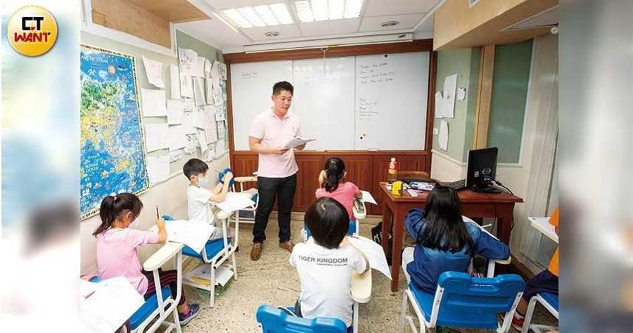 上課時的陳孝威,利用不同語調吸引小學生的注意,即便是全美語教學,彼此也能對答如流。(圖/黃威彬攝)