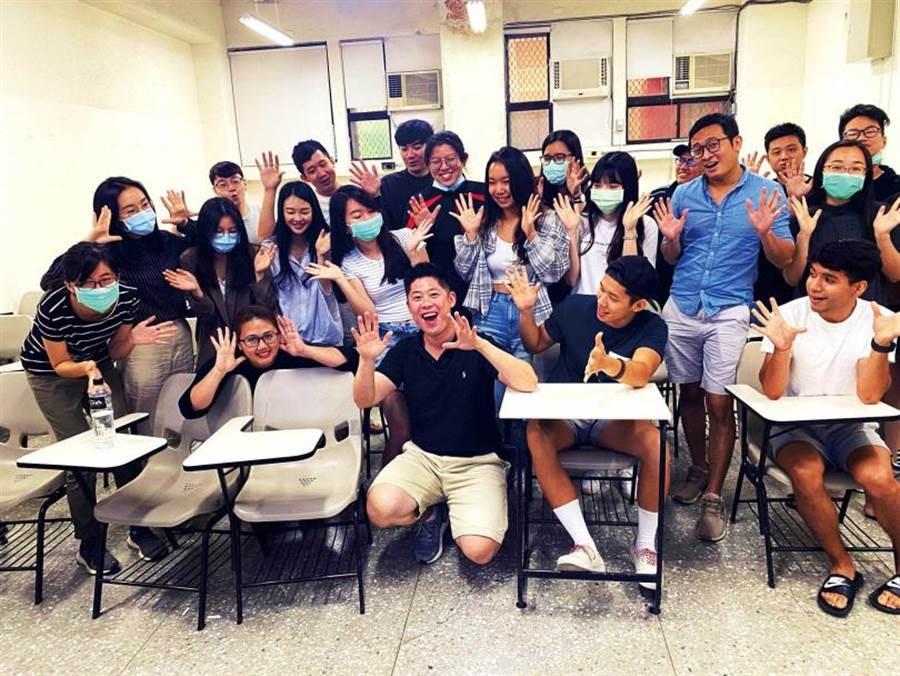 在淡江大學兼課的陳孝威,以全美語環境教授管理心理學。(圖/陳孝威提供)