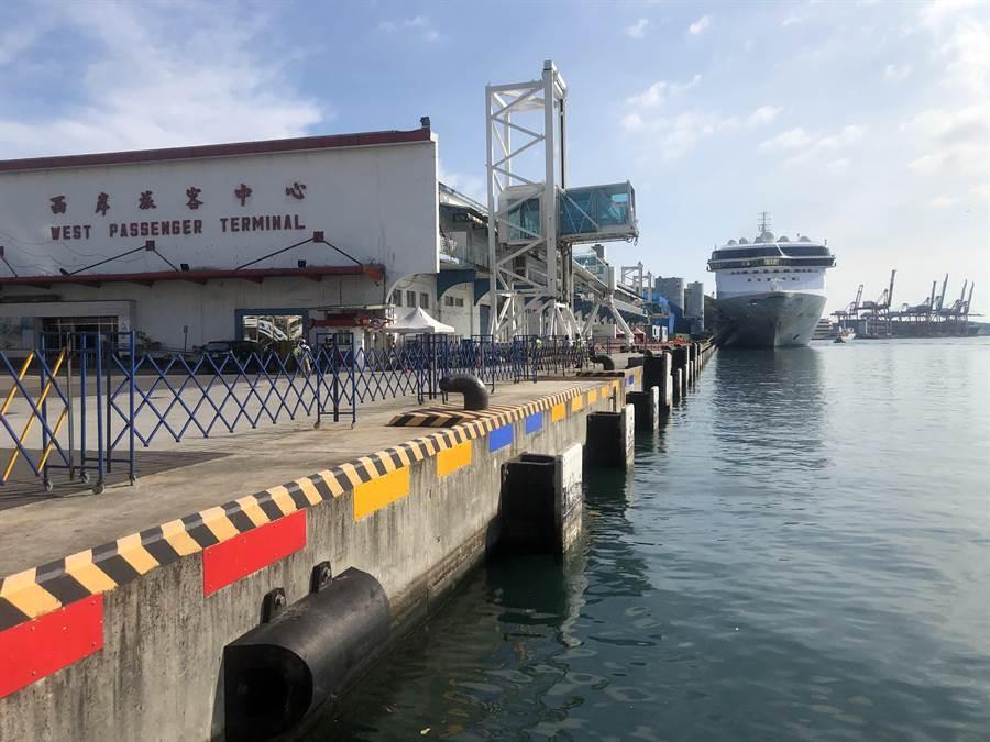 全球首艘復航國際郵輪探索夢號今抵達基隆,500多名船員將進行14天居家隔離(許家寧攝)