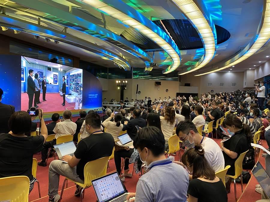 中華電信5G開台,蔡英文總統率先體驗5G應用服務,並透過現場連線在記者會現場播出。(黃慧雯攝)