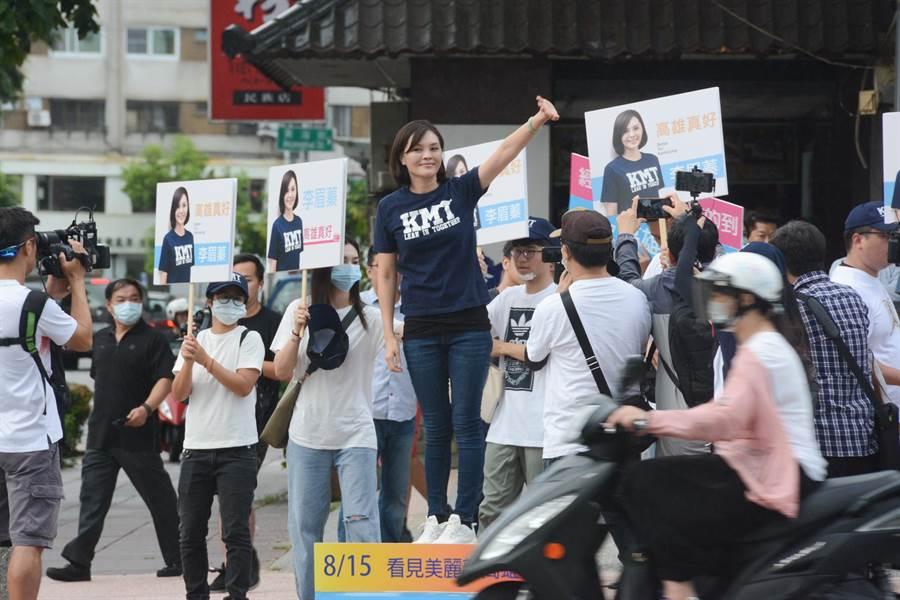 國民黨高雄市長補選參選人李眉蓁30日上午站路口拜票,身邊的幕僚清一色是2、30歲,凸顯她是最年輕的高雄市長參選人。(林宏聰攝)