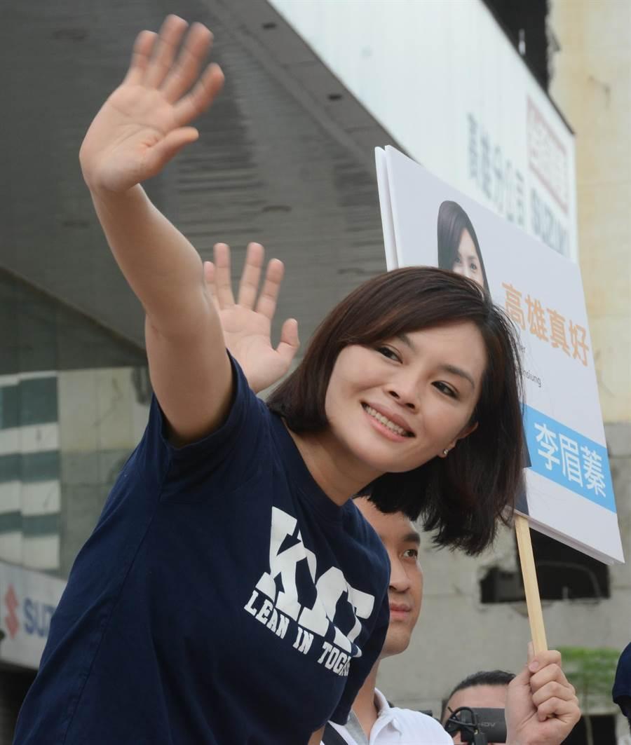 國民黨高雄市長補選參選人李眉蓁30日上午站路口拜票。(林宏聰攝)