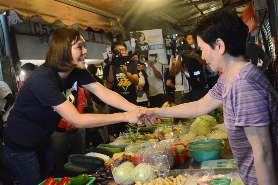 國民黨高雄市長補選參選人李眉蓁30日上午前往市場掃街,親切與攤商握手打招呼。(林宏聰攝)