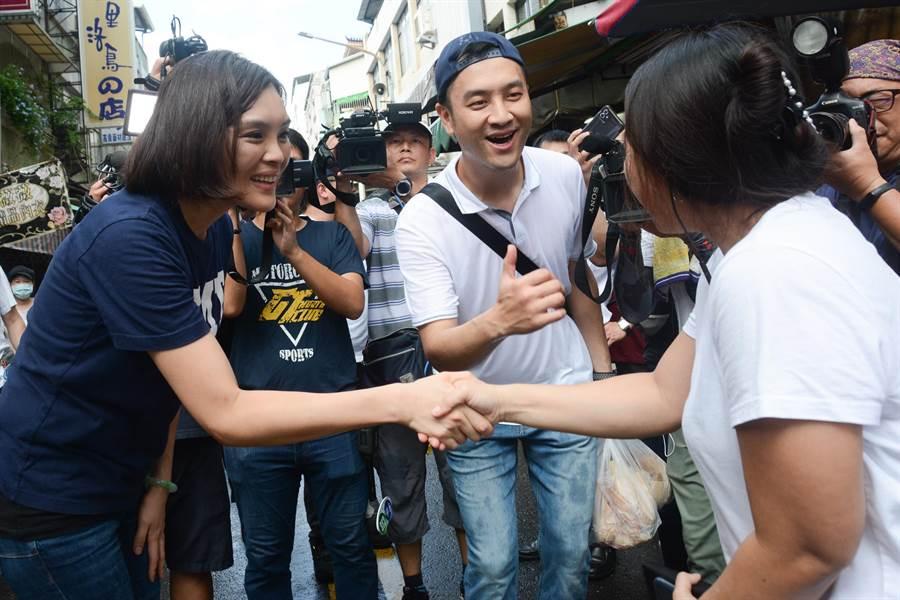 國民黨高雄市長補選參選人李眉蓁30日上午前往市場掃街,熱情的民眾主動上前和她握手。(林宏聰攝)