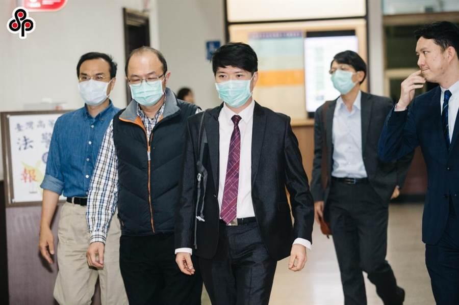 圖說檢察官陳隆翔(左三)任職彰化地檢署時,因偵辦曲棍球協會補助款案遭監委高涌誠提案後彈劾。(資料照片)