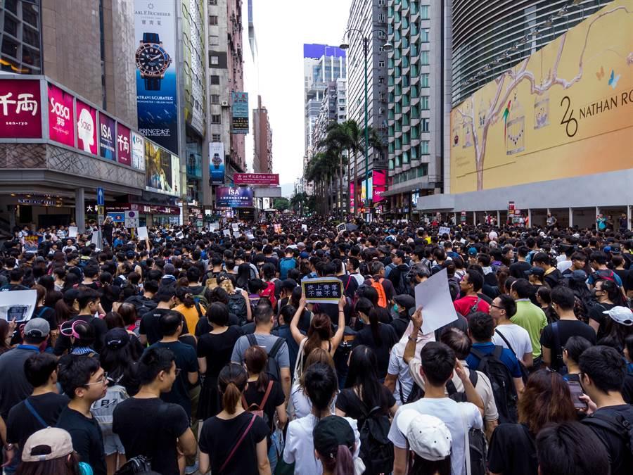 香港彌敦道示威人潮。(Shutterstock)