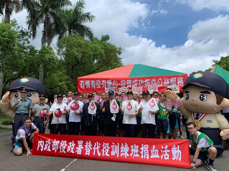 內政部長徐國勇(中)參加替代役結訓典禮,宣布電擊槍今年內將可發放給員警。(林欣儀攝)