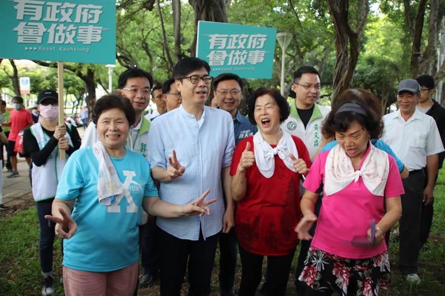 陳其邁30日上午6時30分就抵達高雄著名景點中央公園向市民拜票。(洪浩軒攝)
