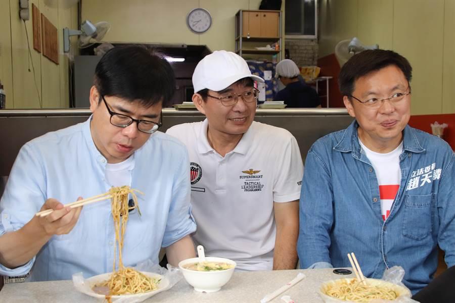 陳其邁受涼麵店老闆邀約,坐下來吃了碗涼麵及招牌綜合湯。(洪浩軒攝)