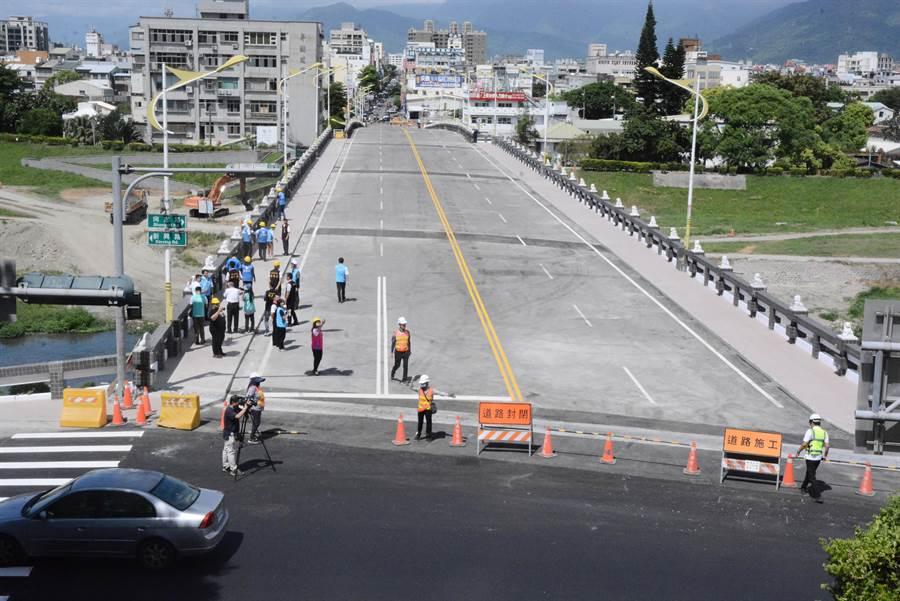 強震受損,尚志橋封閉7個月,今上午通車。(王志偉攝)