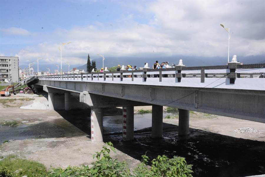 尚志橋修復,邀國家地震工程研究中心以3D掃描探測,並利用可支撐200噸千斤頂機具,將橋面頂升後,更換老化及變形的防震支承墊,算是國內少見橋梁修復工程。(王志偉攝)