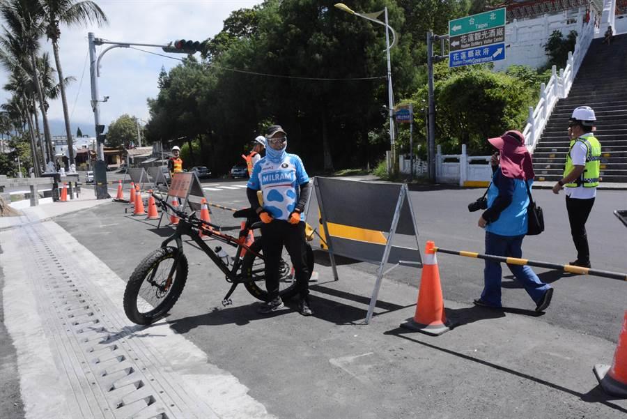 單車騎士林先生迫不及待騎過尚志橋。(王志偉攝)