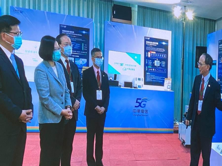 總統蔡英文、交通部長林佳龍今出席中華電5G開台,聽取中華電說明相關技術。(圖/王逸芯攝)
