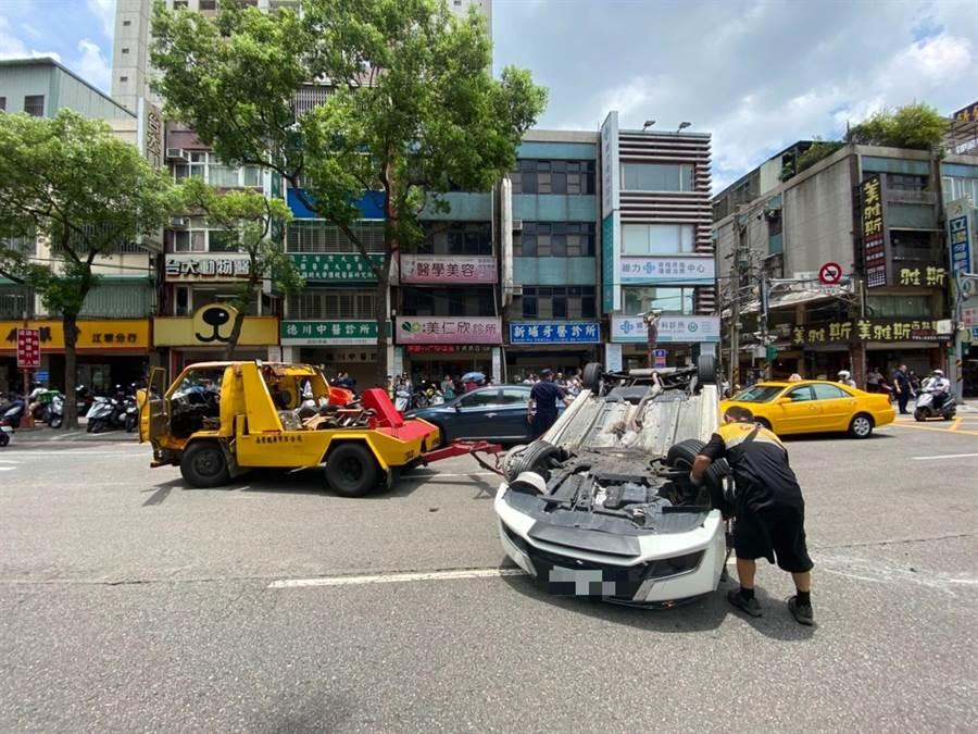 自小客車疑因前輪爆胎導致翻車。(民眾提供)
