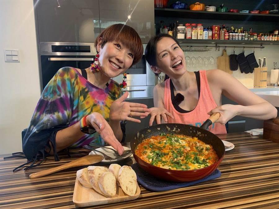 袁艾菲(右)與好友Gigi一起錄《艾菲的小廚房》。(風雅國際提供)