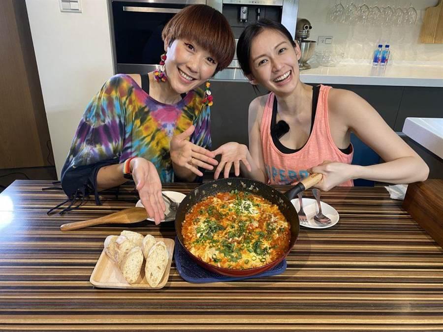 袁艾菲(右)與好友Gigi暢聊婚姻。(風雅國際提供)