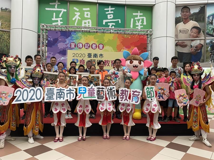 台南市長黃偉哲(中)今日親自宣傳「2020兒童藝術教育節」。(曹婷婷攝)
