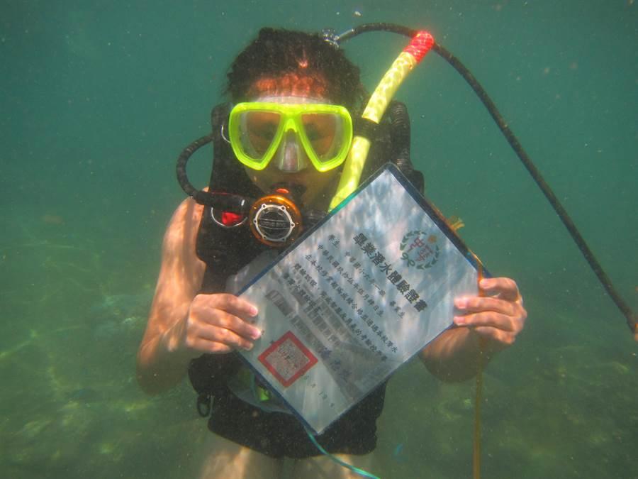 中華國小連續12年舉辦潛水畢業典禮,讓學生體驗海洋魅力。。(中華國小提供/許家寧基隆傳真)
