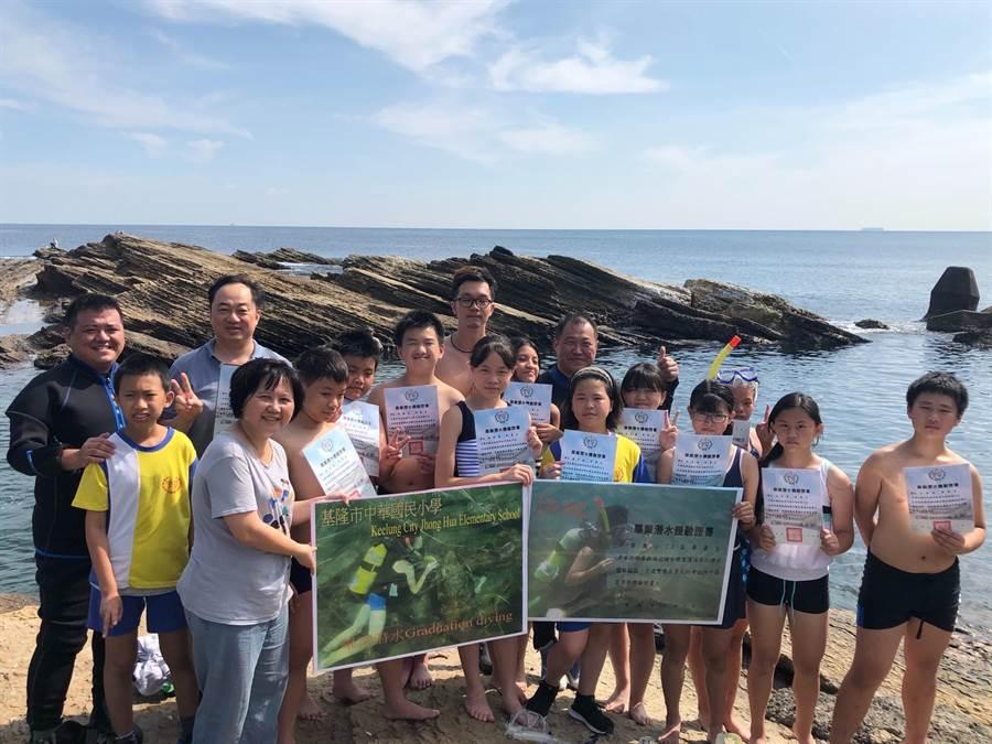 中華國小11名畢業生完成任務,上岸高呼畢業了。(中華國小提供/許家寧基隆傳真)