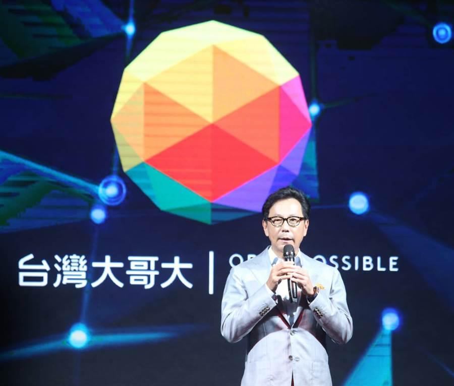 台灣大哥大董事長蔡明忠宣布5G開台並公布新的企業識別系統。(陳怡誠攝)