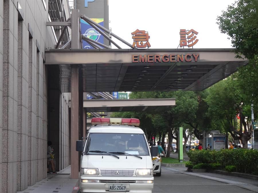 34歲陳女被刺後無生命徵象,經送中國附醫急診搶救仍不治。(馮惠宜攝)