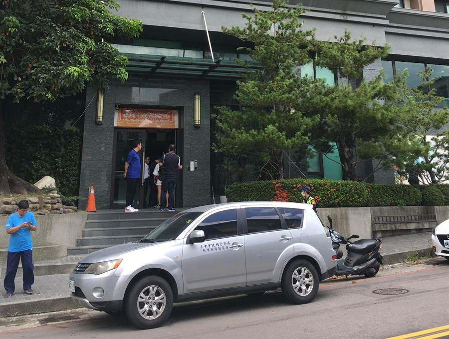 陳女與張男原在中市東區十甲路該大樓租屋,兩人6月30日上午疑似就約在該大樓大廳談判爆發口角,事發後大批員警在該大樓搜證。(馮惠宜攝)