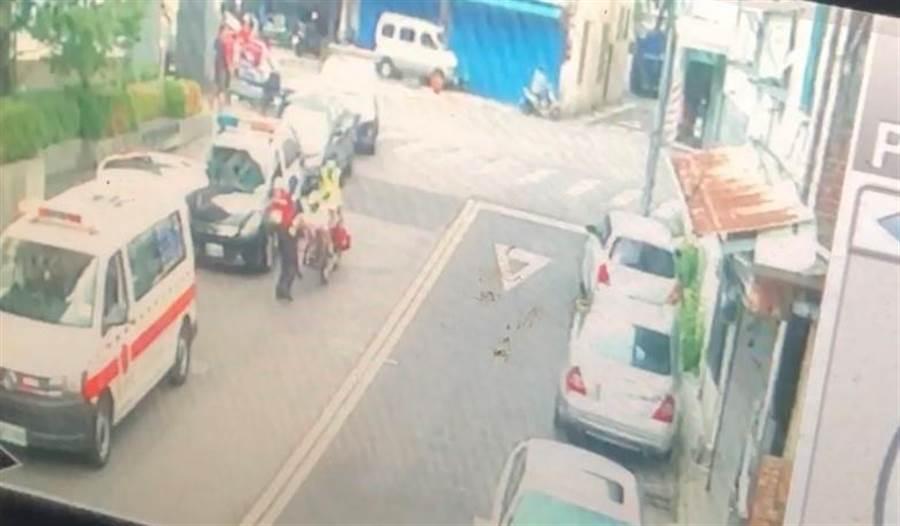 消防救護人員到場時陳女已無生命徵象立即將將送往醫院搶救。(民眾提供/馮惠宜台中傳真)