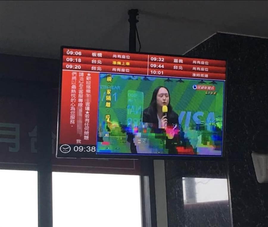 唐鳳真能控制腦波?客運干擾畫面太玄,乘客看傻眼。(圖/摘自臉書「新·路上觀察學院」)