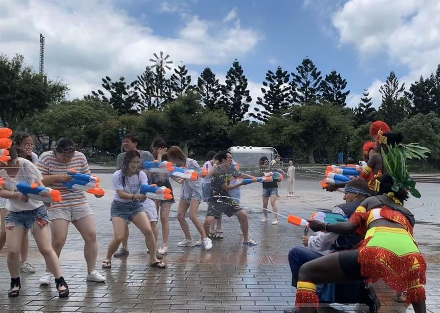 活動期間每日三場水戰活動,將由水戰士們率領表演團隊與台下遊客對戰。(六福村提供/莊旻靜新竹傳真)