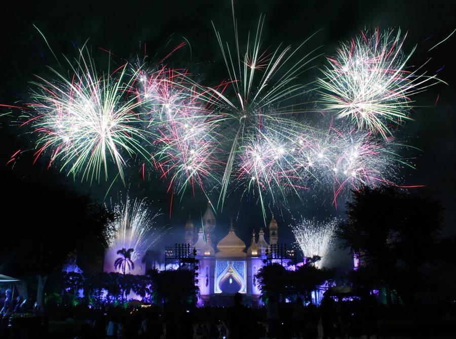 六福村暑假周末將上演璀璨煙火點亮夏夜星空。(六福村提供/莊旻靜新竹傳真)