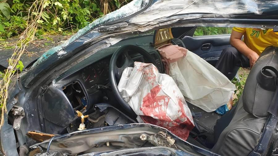 正副駕駛座的安全氣囊全暴開,車上血跡斑斑。(讀者提供/呂妍庭嘉義傳真)