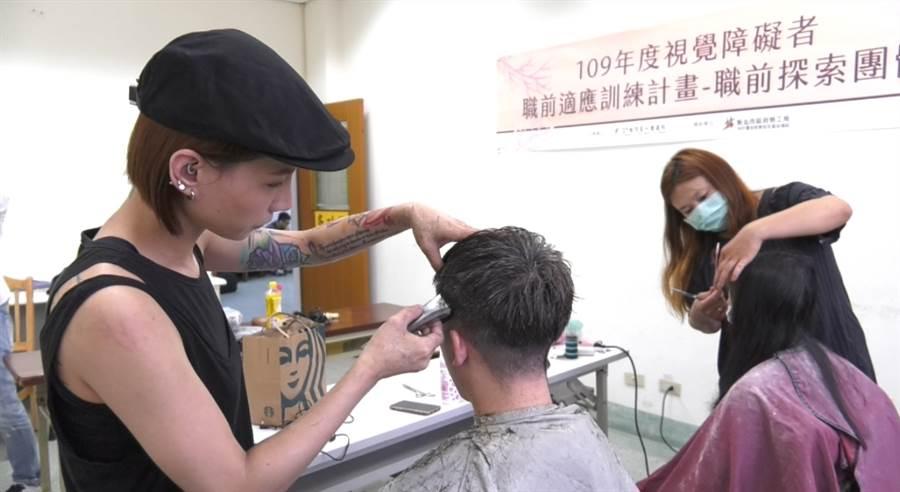 髮型師連12年在重建院為視障者愛心義剪。(照片/范佐意 拍攝)