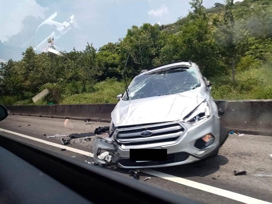 白色休旅車車頭損毀(圖片取自/爆廢公社公開版)